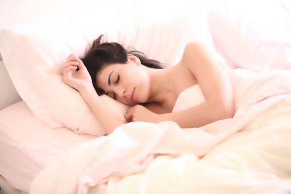 Guter Schlaf fördert die Gesundheit und das allgemeine Wohlbefinden, dank Aromatherapie